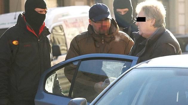Zatýkání obchodníků se zbraněmi v Terezíně.