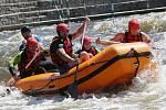 Výcvik hasičů a policistů ze speciální pořádkové jednotky na divoké vodě v Roudnici nad Labem