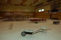 HALA CHEMIK NA KONCI SRPNA. Opravy v házenkářské hale pokračují, pokládka nové podlahy je naplánována po 10. září.