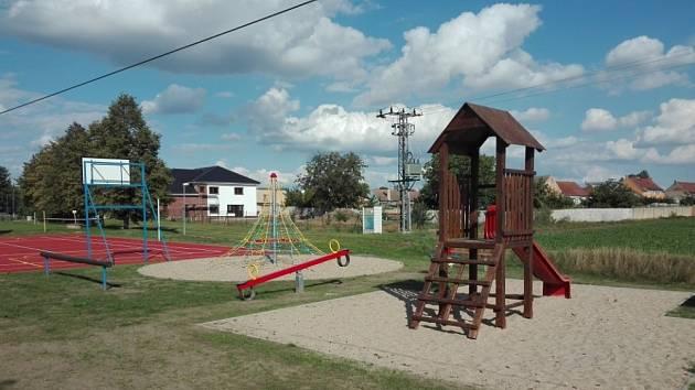V Hrdlech vzniklo nové sportovní a dětské hřiště