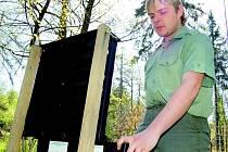 Revírník Lesů České republiky Filip Bohumínský kontroluje stav feromonového lapače v lese nedaleko Milešova. Podobné kontroly odchycených a usmrcených kůrovců provádí revírníci a správci soukromých lesů přibližně každých sedm až čtrnáct dní. Fo