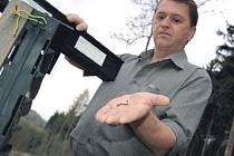 NÁLEZ. Zástupce vedoucího lesní správy Lesů ČR na Litoměřicku Aleš Kryšpín ukazuje několik desítek kůrovců, které skončily v jednom z feromonových lapačů pod Milešovkou.
