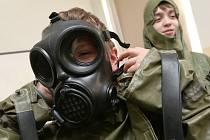 NEJVĚTŠÍM ZÁŽITKEM byly pro děti praktické ukázky. Po přednášce o chemické ochraně si na vlastní kůži mohly vyzkoušet chemický oblek včetně rukavic a plynové masky.