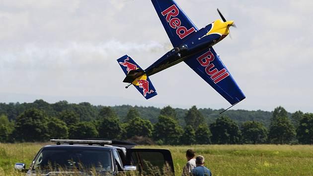 LETOUN EXTRA 300 SR. Zhruba desetiminutové vystoupení v sobotu předvede na letounu postaveném pro závody Red Bull Air Race pilot Martin Šonka. Podruhé jej diváci uvidí v neděli.