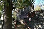 Opravy zřícené zvonice v říjnu 2003.