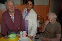 Janu Kolskému (vlevo) a Jiřímu Podhráskému včera před obědem pomáhala ke stolu nová zaměstnankyně terezínského Domova Zdeňka Verešová.