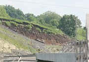 Sesuv půdy na rozestavěné dálnici D8 u Litochovic nad Labem