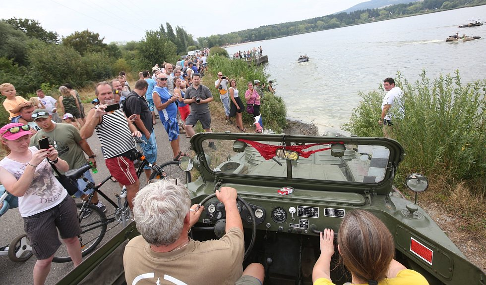 Lidé se kochali vojenskou technikou na jezeře.