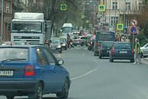 Dopravní situace v litoměřické ulci Na Valech vždy kolem 16 hodiny.