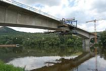 POSLEDNÍ dvě části nového mostu nyní vyzrávají. Stavbaři je dokončili v pátek 10. července. Provoz by měl být na novém mostě slavnostně spuštěn letos v prosinci.