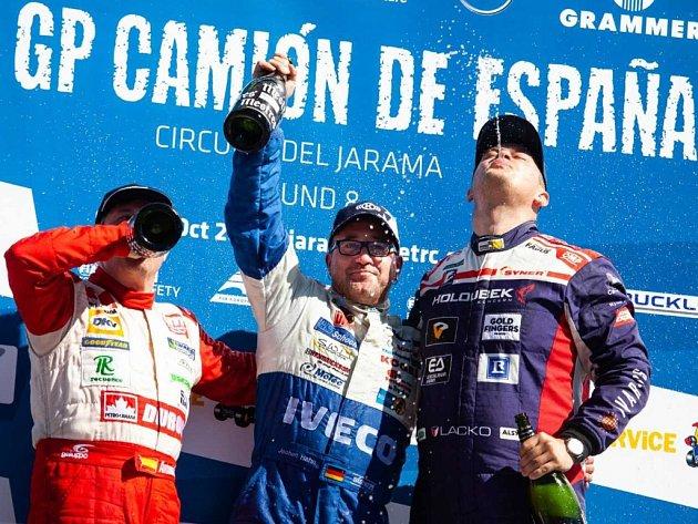 Adam Lacko (vpravo) na stupních vítězů ve španělské Jaramě.