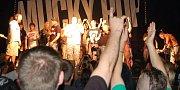 Mucky Pup v Roxy - při poslední skladbě Hippies Hate Water vylezlo na pódium několik fanoušků.