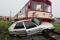 Srážka motorového vlaku a osobního automobilu na nechráněném železničním přejezdu u Chotěšova.