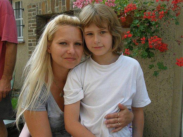 Maruška se svou maminkou.