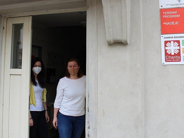 Vedoucí sociální pracovnice terénního programu Naděje vRoudnici nad Labem Michaela Kejkrtová (vpravo) a sociální pracovnice terénního programu Barbora Krpálková.
