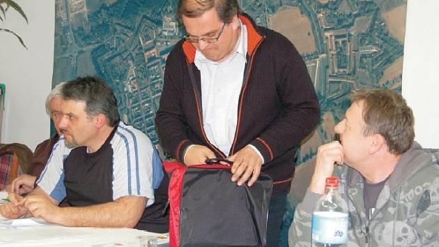 """Bývalý terezínský starosta Jan Horníček složil mandát zastupitele. """"Podepisoval jsem dokumenty, o nichž jsem se domníval, že jsou v pořádku. Před zákonem jsem viníkem,"""" prohlásil. Z komunální politiky odchází po 19 letech."""