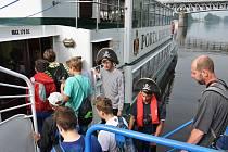 Jako první dnes v 9 hodin ráno vypluly na palubě lodi Porta Bohemica děti z Masarykovy základní školy.