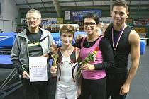 MEDAILISTÉ z pátého závodu Českého poháru v Rožnově (zleva): Jan Michalko (zakladatel oddílu), Adam Michalko, Blanka Michalková (trenérka) a Aleš Kočvara.