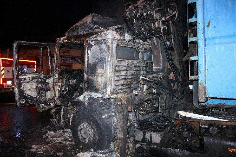 Požár kamionu u motorestu ve Velemíně