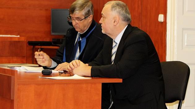 Obžalovaný exstarosta Hrobců Luboš Matek se svým obhájcem Pavlem Polákem u okresního soudu v Litoměřicích.