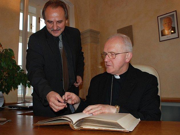 Nový litoměřický biskup Mons. Jan Baxant se coby významná osobnost, která navštívila radnici, podepsal do knihy města.
