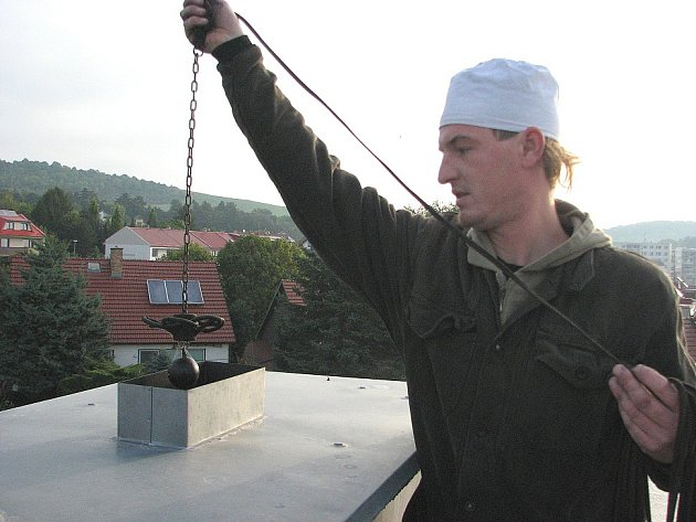 Podle Jiřího Fogla, který má za sebou šestiletou praxi, jsou největším problémem pro kominíky špatné přístupy ke komínům. Zděné komíny jsou nenahozené, často se jim rozpadají hlavy.