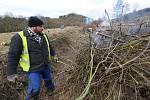 Další z mnoha brigád dobrovolníků a přátel železnice ze Zubrnic proběhla v neděli. Dobrovolníci čistili železniční svršek od náletových dřevin v okolí Levína a Zubrnic.