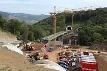 Most přes Uhelnou strouhu překlene údolí mezi dálničními tunely Prackovice a Radejčín.