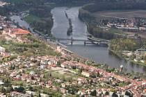 Most v Roudnici nad Labem z vrtulníku.