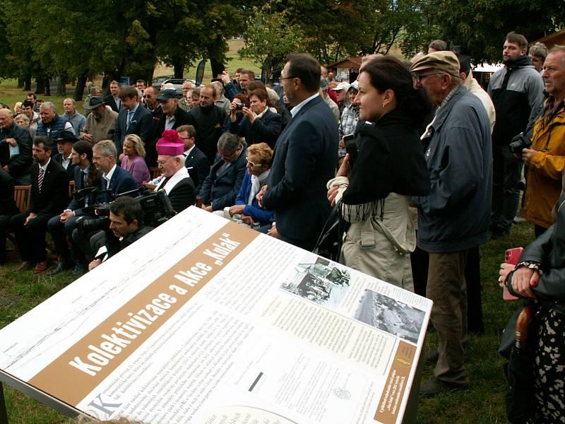 Pietní akt, ke kterému přijelo z celé republiky několik set většinou potomků perzekvovaných sedláků, připravila Asociace soukromého zemědělství ČR.