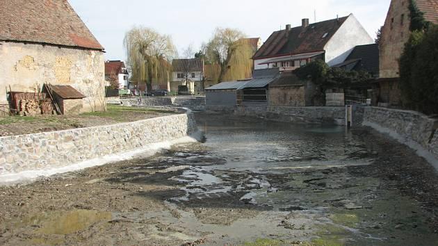 Napouštění rybníku v Zahořanech. Peníze od Němců pomohou k dokončení jeho revitalizace.