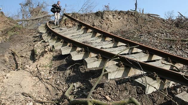 TUDY VLAK NEPROJEDE. Sesuv strhl přes sto metrů trati. Kdy a jestli vůbec se sem vlaky vrátí, není jasné.