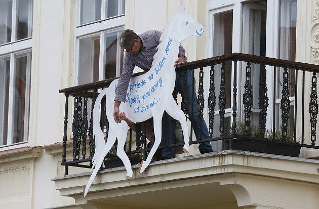 Vlitoměřické knihovně mají koně na balkóně. Oslavy svátku svatého Martina kvůli koronaviru budou letos jiné.