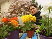 Floristka Pavlína Švecová aranžuje květinovou výzdobu ve výstavním pavilonu A.
