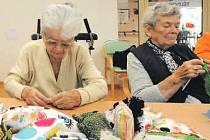 Senioři z Terezína ručně šijí hračky pro děti z Indie