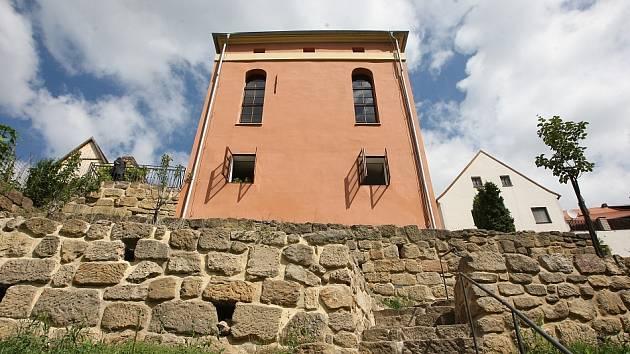 Úštěcká synagoga byla postavena v letech 1791 až 1794 v klasicistním slohu na místě dřevěné synagogy, která v roce 1773 shořela.