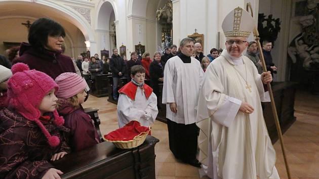 MŠI PRO RODINY s dětmi sloužil o Štědrý den odpoledne biskup Jan Baxant.