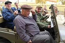 Veteráni východní fronty Jan Opočenský  a Josef Šerák (na zadním sedadle) si v  Terezíně prohlédli i historickou vojenskou techniku.