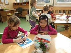 DĚTI V NOVÉM. Mateřská školka v Libochovicích prošla rozsáhlou revitalizací. Objekt z 80. let má nová plastová okna, zateplené fasády i nové omítky.