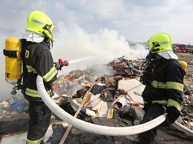 Požár skládky u Želechovic, pátek 1. června 2018.