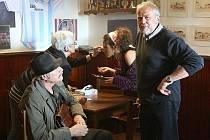 FILMOVÝ ŠTÁB České televize natáčí v těchto dnech v Budyni nad Ohří. Vzniká tady nový dramatický film režiséra Viktora Polesného Cizinec a krásná paní.