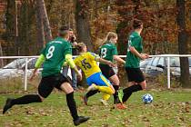 Ani nejlepší hráčka a kapitánka FK Teplice (žlutomodré) Tereza Kodešová nedokázala zastavit útok žen Sahary Vědomice (zelenočerné) vedený Denisou Vaníkovou (19) sKarolínou Šiknerovou (13).