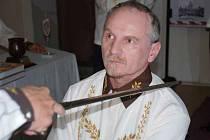 Místostarosta Litoměřic Jiří Landa je právě pasován do Řádu Rizalových rytířů.