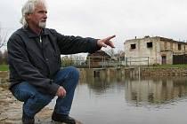 """HOTOVO. Starosta Klenče František Švec ukazuje revitalizovaný rybník. Opravu se podařilo dokončit v termínu, obec tak nepřišla o dotaci 1,5 mil, která pochází z letošního """"porcování medvěda""""."""
