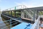 PŘÍPRAVY NA OTEVŘENÍ. Přestavba lodi Niké na plovoucí kulturní centrum začala vloni v křešické loděnici u Děčína. Litoměřice jsou nyní její první zastávkou, program začal v pondělí vernisáží.
