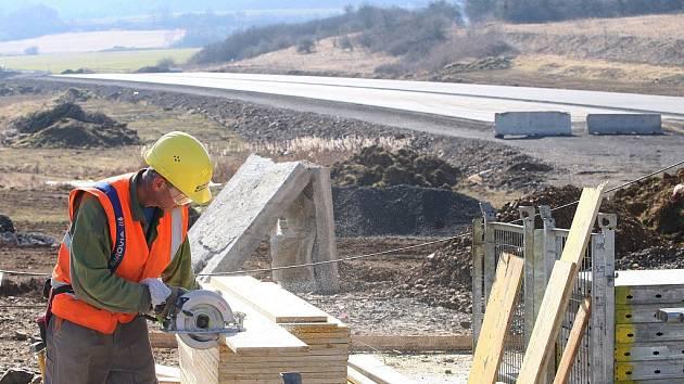 Dostavba dálnice D8 mezi Lovosicemi a Řehlovicemi.