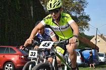 SOUBOJ NA TRATI. Vítězný Petr Cmunt (č. 45) bojuje na trati s celkově šestým Vítězslavem Novákem.