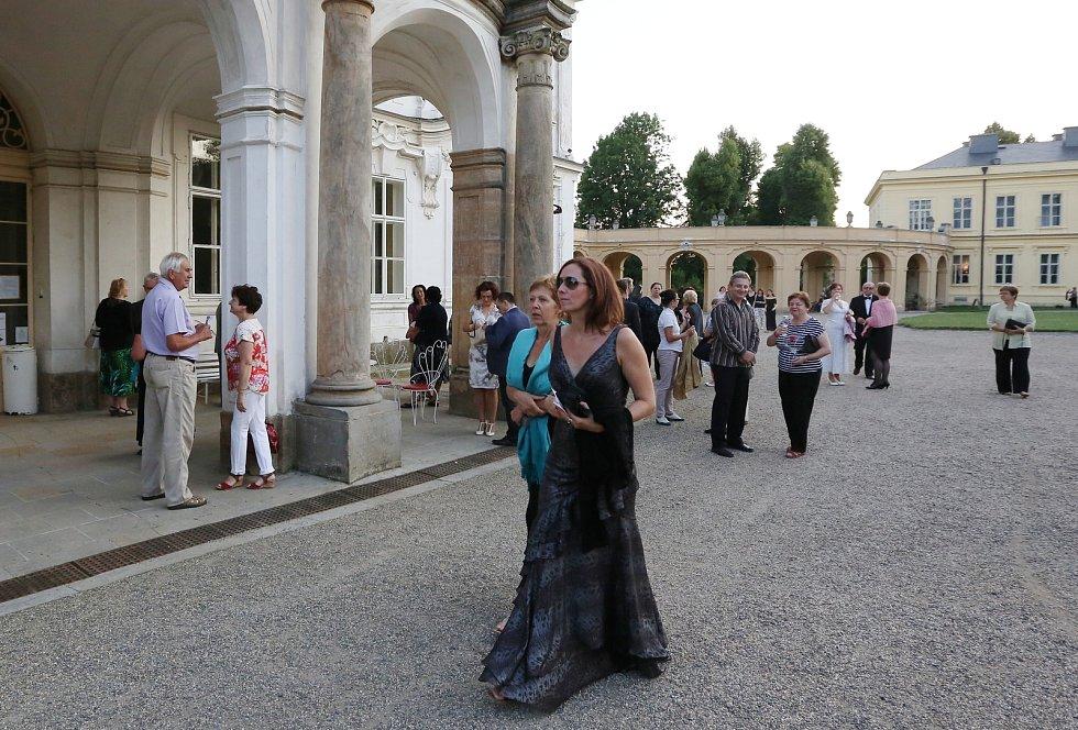 Na ploskovickém zámku se v pátek konal galakoncert italského souboru Barocco Europeo. Atmosféru doplnily iluminace, agapé a ohňostroj