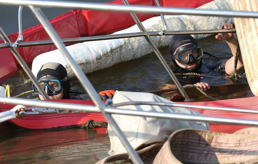 Vyprošťování potopené jachty v Roudnici nad Labem