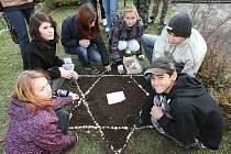 Židovskou hvězdu vytvořili u památníku obětí holocaustu v Třebenicích deváťáci místní základní školy.